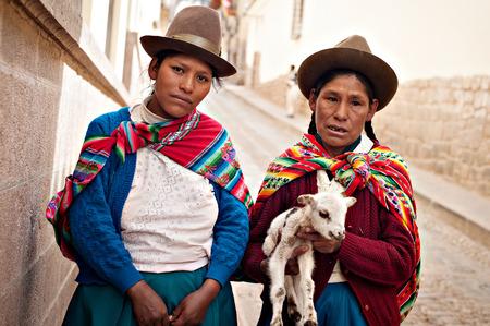 peruvian ethnicity: Cusco, Per� - 6 agosto de 2008: las mujeres quechuas caminando por las calles de Cusco, Per�. Cusco es el coraz�n del otrora poderoso imperio Inca en el Valle Sagrado es un destino popular para el turismo de todo el mundo.