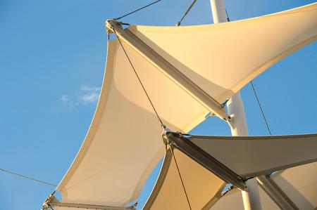 鋼構造物に固定されているの天蓋は、屋外のパビリオンで日陰を提供します。