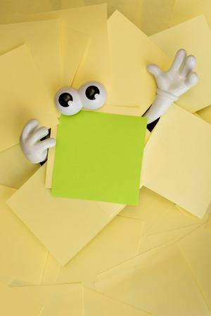 peer to peer: Las manos alcanzan hacia fuera y los ojos se asoman por debajo de varias notas adhesivas amarillas brillantes y una verde tambi�n. Foto de archivo