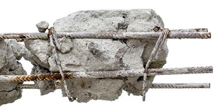 hormig�n: Un acero varillas oxidadas en concreto. Aislado Da�ado pilar de hormig�n.