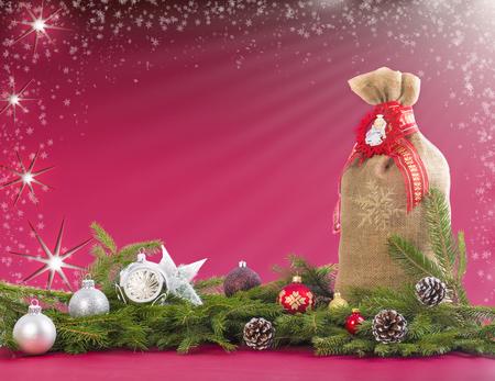 jute sack: Sfondo di Natale con sacco di iuta, rami di abete, pigne e palline.