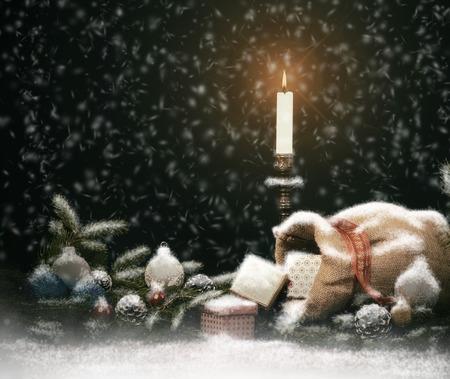 jute sack: Composizione di Natale. Scatole regalo con candela, palle, Coni e sacco di juta. Vintage Style con nevicate Drawn.