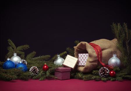 sacco juta: Sfondo di Natale con rami di abete, palline, coni, sacco di iuta e scatole da regalo