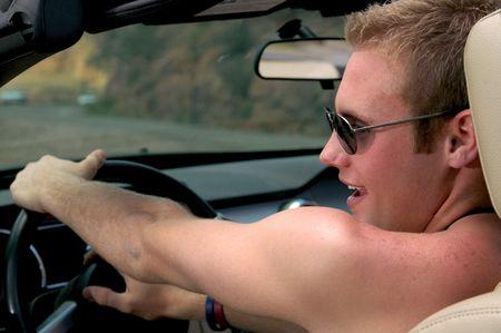 shoulder ride: Joven de conducci�n de coches deportivos