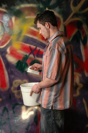 壁の洗浄をごしごし洗う人は落書きをだらけ
