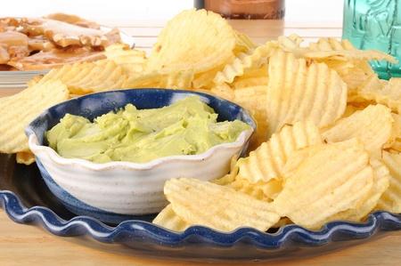감자 칩과 과코 몰 딥 접시