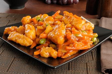 오렌지 치킨 한 접시 스톡 콘텐츠