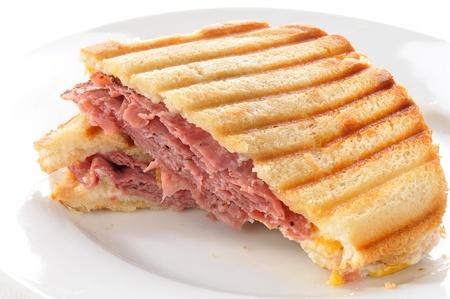 A 牛スイスとチェダー チーズのパニーニ