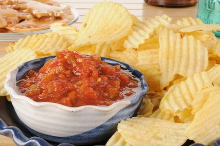 감자 칩과 살사 파티 접시