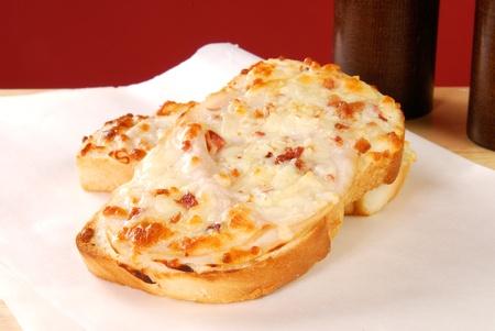 waxed: Un s�ndwich abierto Panina cara con queso derretido sobre papel encerado Foto de archivo