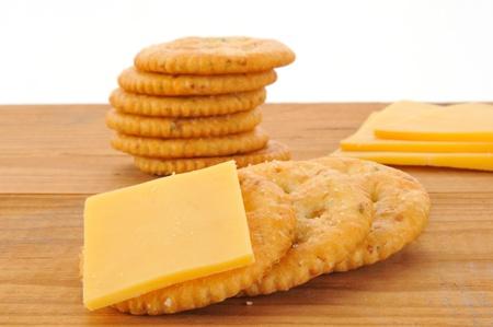 チェダー チーズと全粒小麦のクラッカーのマクロ撮影 写真素材