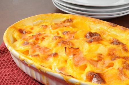 ham: Een schotel van gegratineerde aardappelen met ham Stockfoto