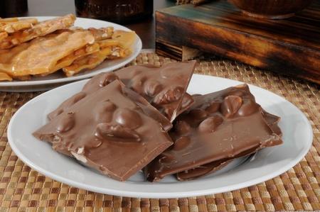 아몬드와 땅콩과 같은 초콜릿 껍질 한 접시
