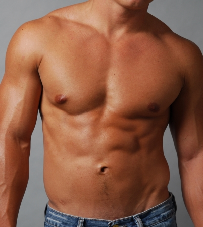 shirtless: Primer plano de un torso masculino musculoso sin camisa en el pecho y el abdomen