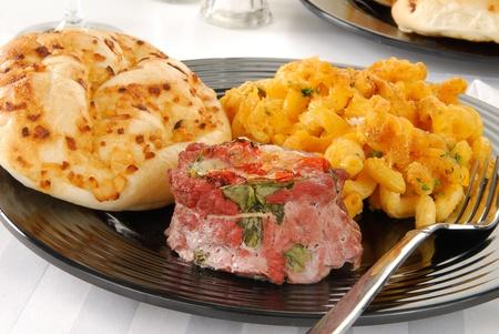 마카로니와 치즈를 곁들인 채워진 옆구리 스테이크