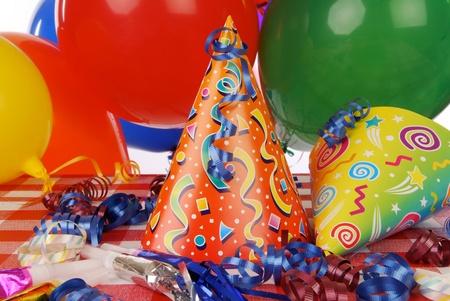 Un chapeau de fête et de faveurs sur la table Banque d'images - 12675903