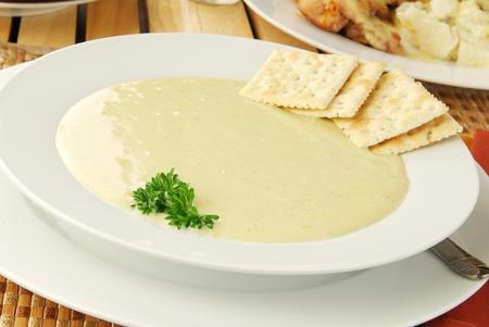 sopa de pollo: Un tazón de sopa de crema de apio Foto de archivo