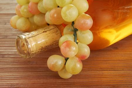Een fles wijn en een tros druiven