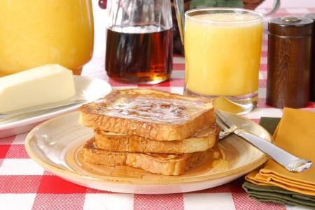 pasteleria francesa: Un desayuno de tostadas Frech y jugo de naranja Foto de archivo