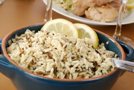 Una guarnición de arroz salvaje con una cena de pollo Foto de archivo - 13604435
