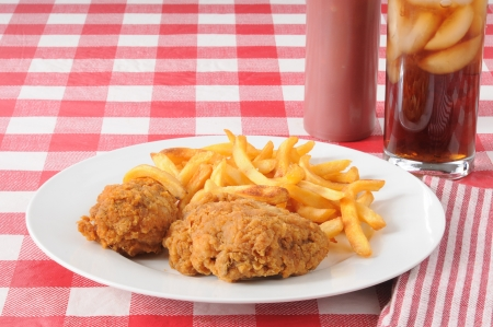 chicken fried: Pollo frito y papas fritas franc�s, con copia espacio
