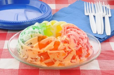 Un postre helado con crema batida y frutas cubos de gelatina Foto de archivo - 14009692