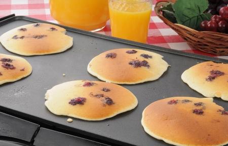 bakplaat: Blueberry warme broodjes wordt gekookt op de grillplaat Stockfoto