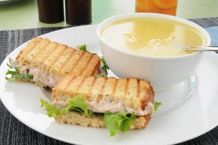 Een gegrilde tonijn sandwich en chicken noodle soup