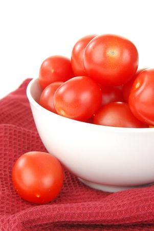 背景が白のチェリー トマトのボウルのクローズ アップ