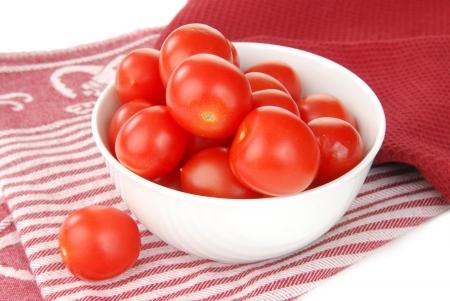 キッチン タオルの上にチェリー トマトのボウル 写真素材