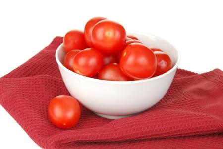 赤いナプキンにチェリー トマトのボウル