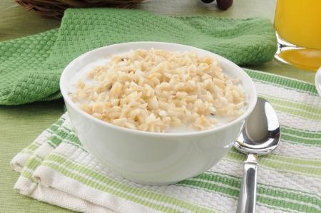 쌀과 우유의 아침 시리얼 그릇