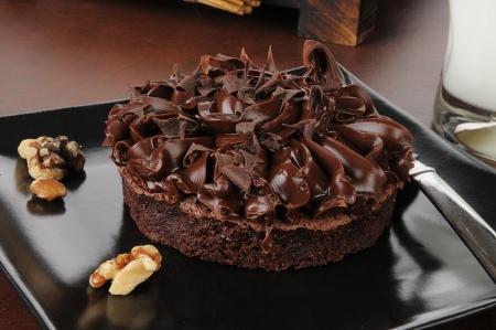 brownie: un bizcocho de chocolate gourmet con virutas de chocolate, nueces y leche