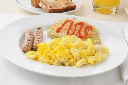 hash browns: Salsiccia di collegamento con uova e patate fritte per colazione