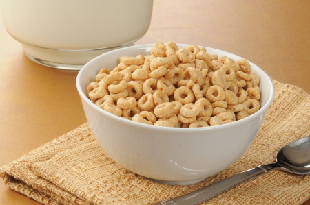 A simple bowl of cold cereal next to a picture of milk Standard-Bild