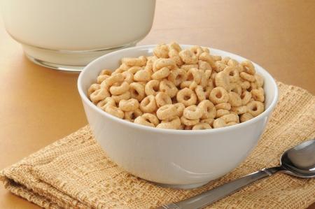 ciotola: Una ciotola di cereali semplice freddo accanto a una foto di latte
