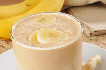batidos frutas: Primer plano de una deliciosa crema de cacahuate y pl�tano batido