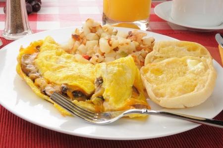 papas doradas: Una tortilla de setas con patatas O'Brian y un panecillo Inglés Foto de archivo