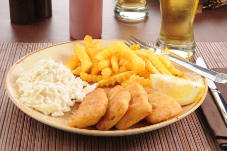 cole: Bastoncini di pesce con patatine fritte nad insalata di cavolo