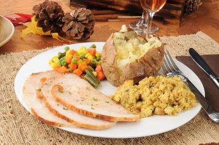 感謝祭の七面鳥料理をスライス