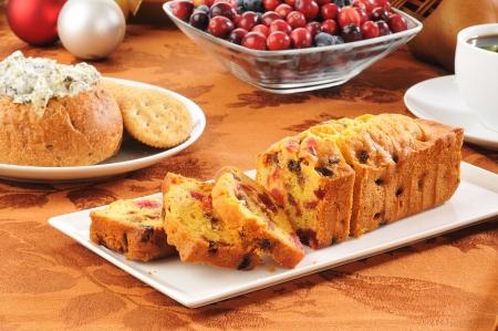 Een heerlijke kerst fruitcake met dip en crackers Stockfoto