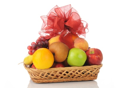 cesta de frutas: Una canasta de regalo de frutas con un arco en la parte superior