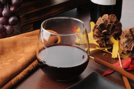 cabernet: Vaso de vino tinto Cabernet Sauvignon en una tabla de vacaciones Foto de archivo