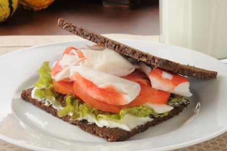 pumpernickel: Crab i kanapkę pomidor na cienkim krojonego chleba pumpernikiel