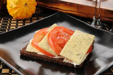 pumpernickel: pomidorów i sera koperek na cienkim krojonego chleba pumpernikiel Zdjęcie Seryjne