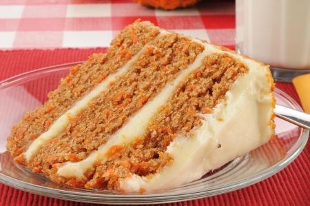 Een plak van gastronomische gelaagde carrot cake met melk Stockfoto