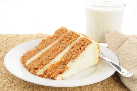 Een stukje van de Gorumet laag carrot cake met een glas melk Stockfoto
