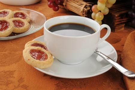 Deense zandkoekjes met frambozen abrikozenjam en koffie