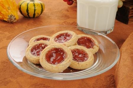 Deense shortbread koekjes met een glas melk Stockfoto