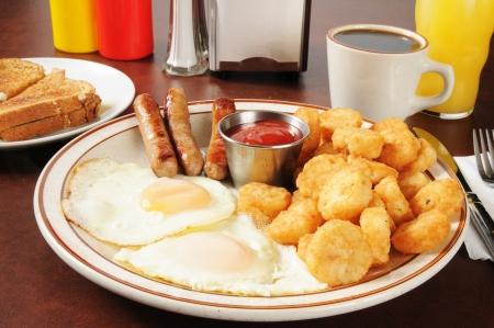 papas doradas: Enlace salchichas y huevos fritos con picadillo de papa tortas pardas